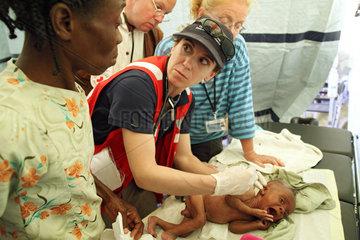Carrefour  Haiti  Dr. Marie Roy untersucht ein krankes Kleinkind