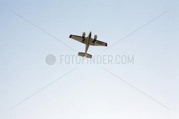 Berlin  Deutschland  Flugzeug ueber Tempelhof