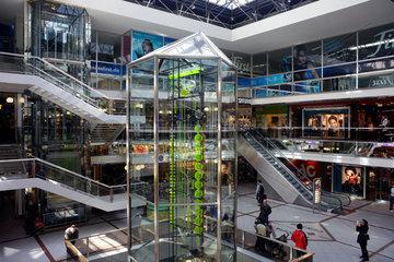 Berlin  Deutschland  die Uhr der fliessenden Zeit im Europa-Center