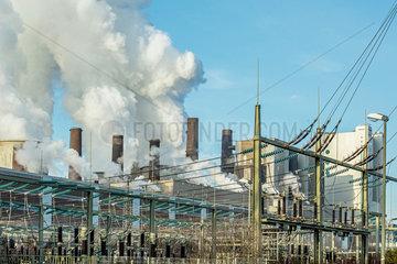RWE-Kraftwerk Niederaussem abends