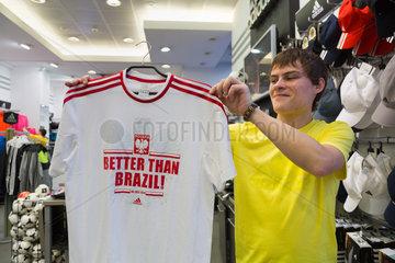 Lemberg  Ukraine  Verkaeufer eines adidas-Shops mit einem T-Shirt mit der Aufschrift Polen besser als Brasilien