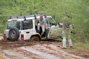 Kakuma  Kenia - Ein UN Landrover hat sich auf einer Landstrasse tief im Schlamm festgefahren.