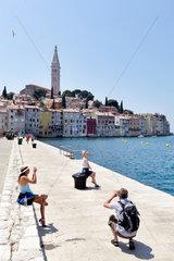 Rovinj  Kroatien  Touristen fotografieren am Ufer der Adria vor der Altstadt