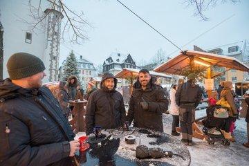 Deutsch tuerkische Freundschaft am Tisch vor der Kirche