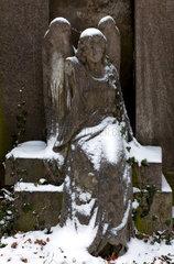 Berlin  Deutschland  Engel mit Schnee bedeckt auf einem der Friedhoefe der Bergmannstrasse
