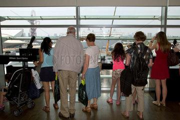 London  Grossbritannien  Besucher an einer Viewing Platform in einem Shopping Centre