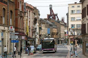 Frankreich  Lothringen  Hayange - strukturschwache Stadt  waehlte 2014 Front National-Politiker zum Buergermeister  Innenstadt - hinten Hochoefen von stillgelegtem Stahlwerk