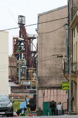 Frankreich  Lothringen  Hayange - strukturschwache Stadt  waehlte 2014 Front National-Politiker zum Buergermeister  hinten Hochoefen von stillgelegtem Stahlwerk