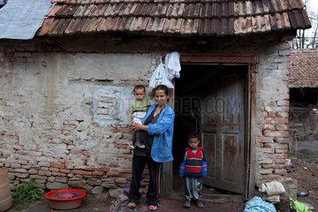 Birthaelm  Rumaenien  Roma Familie vor ihrem Haus