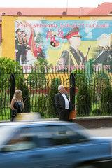 Lemberg  Ukraine  Blick auf Strasse mit Bushaltestelle bei einer Kaserne der ukrainischen Armee