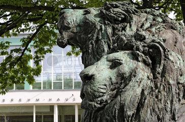 Berlin  Deutschland  Loewenskulptur vor dem Alfred Brehm-Haus
