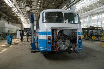 Lemberg  Ukraine  Wartung von altem Bus bei LAZ