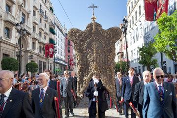 Sevilla  Spanien  Mitglieder einer Bruderschaft bei der Fronleichnamsprozession