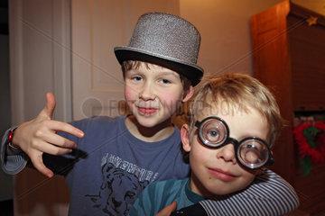 Berlin  Deutschland  Jungen mit Hut und Spassbrille im Portrait