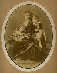 Familienfoto  Mutter  Kinder  1875