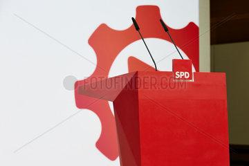 Berlin  Deutschland - Rotes Rednerpult in der SPD-Zentrale.