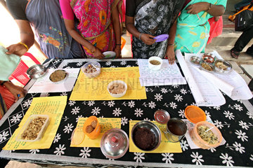 Alikuppam  Indien  Ausschreibung fuer richtige Ernaehrung an die Anwohner des Dorfes