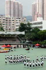 Hongkong  China  Maedchen in Uniform ueben auf einem Sportplatz fuer eine Parade