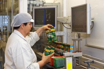 Berlin  Deutschland  Mitarbeiterin ueberprueft verschiedene fertige Kaffeepackungen in dem Kraft Foods Werk in Berlin-Neukoelln