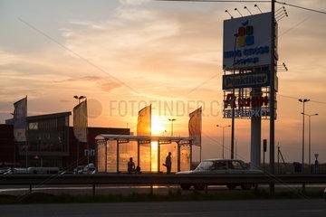 Lemberg  Ukraine  King Cross Leopolis  Einkaufszentrum und Hauptstrasse im Sonnenuntergang
