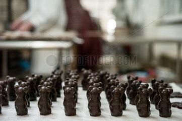 Berlin  Deutschland  Schokoladenbaeren der Erich Hamann Schokoladenmanufaktur in der Produktion