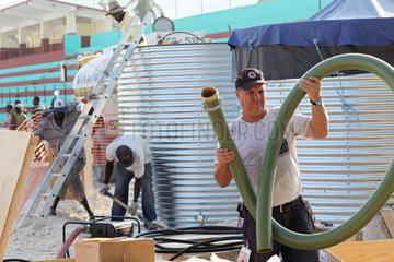Carrefour  Haiti  DRK Mitarbeiter bauen Wassertanks fuer die Trinkwasserversorgung