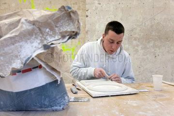 Berlin  Deutschland  ein Stuckateur-Lehrling arbeitet an einem Pruefungs-Stueck