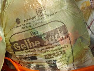 Gelber Sack mit Plastikmuell