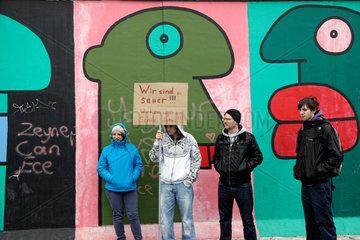 Berlin  Deutschland  Protest an der East Side Gallery