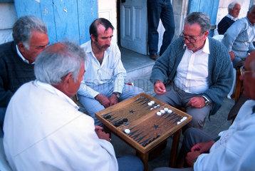 Republik Zypern - Einheimische Maenner spielen Backgammon