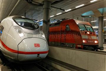 Berlin  Deutschland  ICE 3-Triebzug an Gleis 2 im Tiefgeschoss des Berliner Hauptbahnhofs