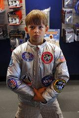 Merritt Island  USA  Junge posiert stolz mit einer Jacke der NASA