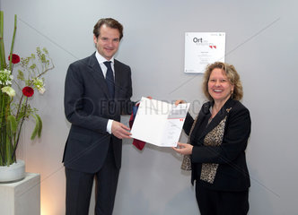 Hilden  Deutschland  Peer M. Schatz  CEO Qiagen mit NRW Wissenschaftsministerin Svenja Schulze  SPD