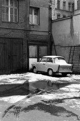 Berlin  Deutschland  Trabant parkt in einem Hinterhof