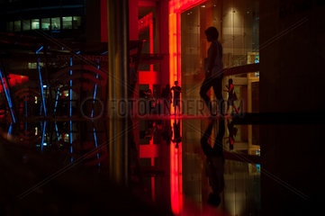 Singapur  Republik Singapur  Bueroangestellte verlassen Bankgebaeude