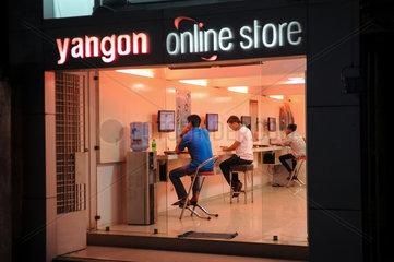 Yangon  Myanmar  Kunden in einem Internetcafe