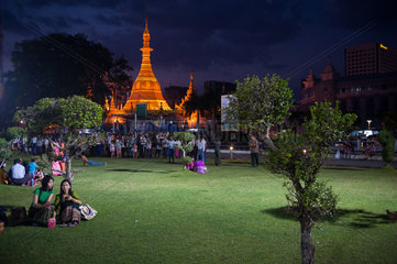 Yangon  Myanmar  Einheimische am Abend im Maha Bandula Park