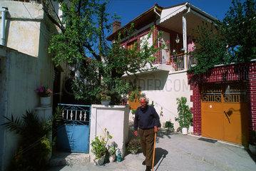 Republik Zypern - Einheimischer in Dorf im Troodos-Gebirge