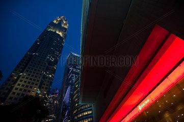 Singapur  Republik Singapur  beleuchtete Bankgebaeude am Abend