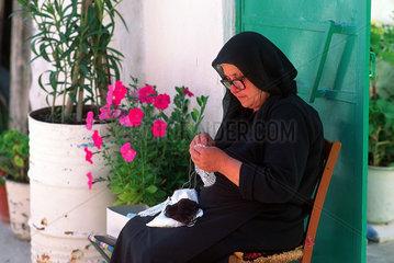 Republik Zypern - haekelnde Frau in Dorf im Troodos-Gebirge
