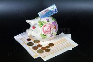 Berlin  Deutschland  SEPA-Ueberweisung mit Sparschwein und Geld