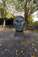 Bonn  Deutschland  die Kopfplastik von Konrad Adenauer am Bundeskanzlerplatz