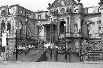 Dresden  DDR  Fronleichnamsprozession vor dem Sommerpalais im Grossen Garten