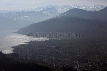 Zug  Schweiz  Blick auf die Stadt mit dem Zugerberg und dem Zugersee