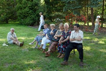 Kurnik  Polen  Menschen bei einem klassischen Konzert im Kornik Arboretum