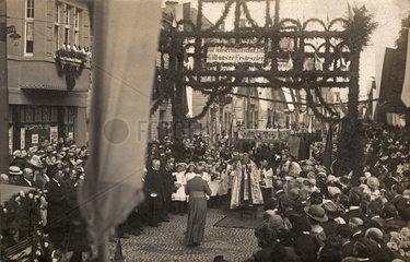 festlicher Einzug des Paderborner Bischofs in Neheim  1923