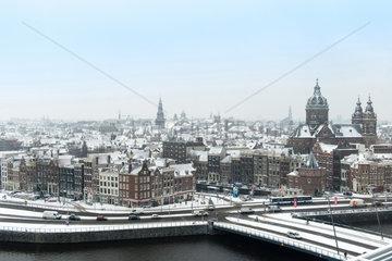 Amsterdam  Niederlande  Blick ueber das eingeschneite Amsterdam