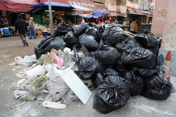 Hong Kong  China  volle Muellsaecke auf einer Strasse
