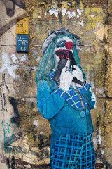Berlin  Deutschland  ein Clown mit Pistolen klebt an einer Hauswand
