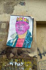 Berlin  Deutschland  ein Koenig klebt an einer Hauswand in Berlin